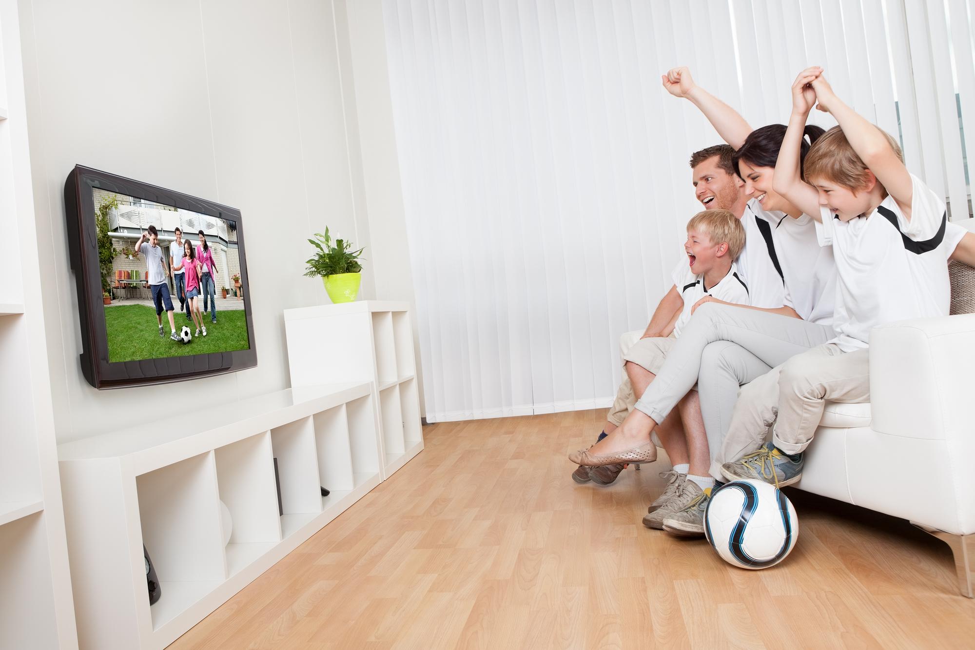 Familie ser fodbold